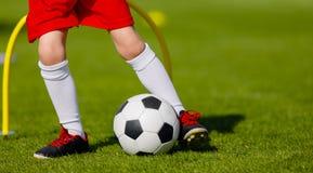 Entrenamiento del fútbol para los niños Junior Soccer Training Session Outdo imagenes de archivo