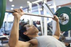 Entrenamiento del gimnasio del hombre Foto de archivo libre de regalías