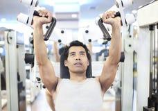 Entrenamiento del gimnasio del hombre Foto de archivo