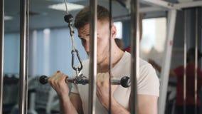 Entrenamiento del gimnasio del levantamiento de pesas del deporte forma de vida del entrenamiento del atleta concepto de cuerpo f metrajes