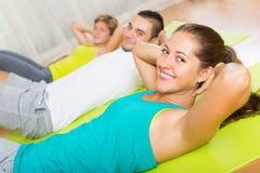 Entrenamiento del grupo en club de fitness Imágenes de archivo libres de regalías