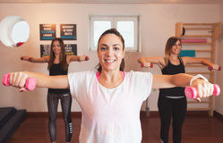 Entrenamiento del grupo en el gimnasio Foto de archivo libre de regalías