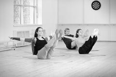 Entrenamiento del grupo en gimnasia Foto de archivo libre de regalías