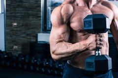 Entrenamiento del hombre con pesa de gimnasia Fotos de archivo