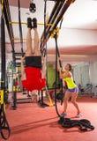 Entrenamiento del hombre del anillo de la inmersión de la aptitud de Crossfit al revés en el gimnasio Fotos de archivo