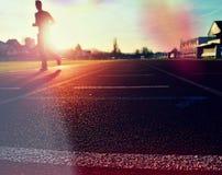 Entrenamiento del hombre del maratón Deportista en ropa corriente en estadio Fotografía de archivo libre de regalías