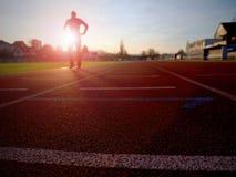 Entrenamiento del hombre del maratón Deportista en ropa corriente en estadio Fotografía de archivo
