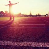Entrenamiento del hombre del maratón Deportista en ropa corriente en estadio Foto de archivo