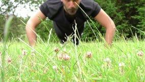 Entrenamiento del hombre en hierba en naturaleza