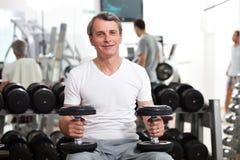 Entrenamiento del hombre en la gimnasia Fotografía de archivo libre de regalías