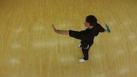 Entrenamiento del hombre joven con la espada en el gimnasio almacen de metraje de vídeo