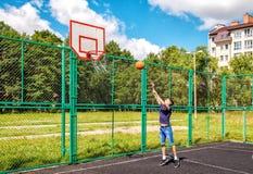 Entrenamiento del hombre joven en baloncesto Imagen de archivo