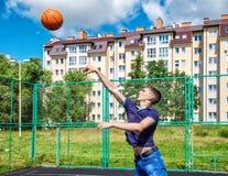Entrenamiento del hombre joven en baloncesto Fotografía de archivo libre de regalías