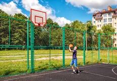 Entrenamiento del hombre joven en baloncesto Fotos de archivo libres de regalías