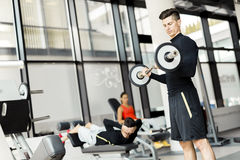 Entrenamiento del hombre joven en un gimnasio Imagen de archivo