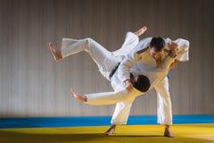 Entrenamiento del judo en el pasillo de deportes fotos de archivo