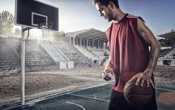 Entrenamiento del jugador de básquet en la corte concepto alrededor, deporte y motivación Imágenes de archivo libres de regalías