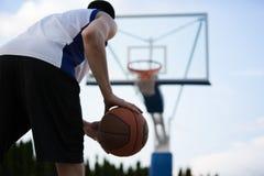 Entrenamiento del jugador de básquet en la corte concepto sobre basketbal fotos de archivo