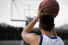 Entrenamiento del jugador de básquet en la corte concepto sobre basketbal foto de archivo libre de regalías