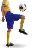 Entrenamiento del jugador de fútbol con la bola Imágenes de archivo libres de regalías