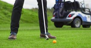 Entrenamiento del jugador de golf en campo de golf almacen de metraje de vídeo