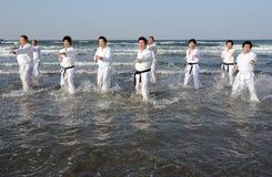 Entrenamiento del karate en la playa del pleno invierno, Japón Foto de archivo
