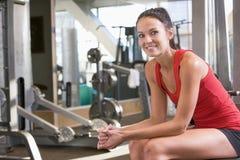 Entrenamiento del peso de la mujer en la gimnasia Foto de archivo