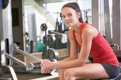 Entrenamiento del peso de la mujer en la gimnasia Fotografía de archivo