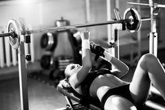 Entrenamiento del peso de la mujer joven Foto de archivo libre de regalías