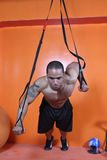 Entrenamiento del peso en la gimnasia Imágenes de archivo libres de regalías