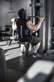 Entrenamiento del ` s del hombre fuerte en gimnasio imagen de archivo