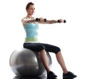 Entrenamiento del weigth de la postura del entrenamiento de la bola de la aptitud de la mujer Foto de archivo libre de regalías