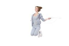 Entrenamiento deportivo de la mujer con la cuerda que salta Imagenes de archivo