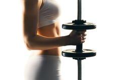 Entrenamiento deportivo de la mujer con las pesas de gimnasia aisladas en blanco Concepto del deporte, de la salud y de la aptitu Fotos de archivo libres de regalías