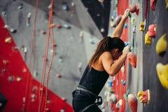 Entrenamiento deportivo de la mujer joven en un gimnasio que sube colorido Imagenes de archivo