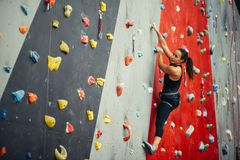 Entrenamiento deportivo de la mujer joven en un gimnasio que sube colorido Fotos de archivo libres de regalías