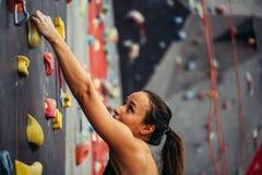 Entrenamiento deportivo de la mujer joven en un gimnasio que sube colorido Fotografía de archivo libre de regalías