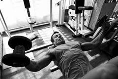 Entrenamiento duro del Bodybuilder en la gimnasia Imágenes de archivo libres de regalías