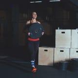 Entrenamiento duro del gimnasio Imagenes de archivo