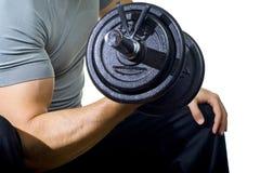 Entrenamiento duro del hombre sano en gimnasia Foto de archivo libre de regalías