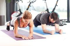Entrenamiento en el club de fitness Fotos de archivo libres de regalías