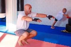 Entrenamiento en el gimnasio, el concepto del boxeo de desarrollo de los deportes imagen de archivo libre de regalías