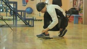 Entrenamiento en el gimnasio, funcionamiento de la mujer con una cuerda, fuera de una serie sana del kickboxer de la aptitud del  fotografía de archivo libre de regalías