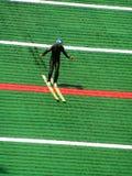 Entrenamiento en el salto de esquí imagenes de archivo