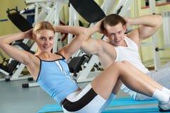 Entrenamiento en gimnasio Foto de archivo