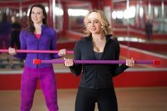 Entrenamiento en gimnasio con la barra de cuerpo Imágenes de archivo libres de regalías