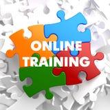 Entrenamiento en línea en rompecabezas multicolor. ilustración del vector