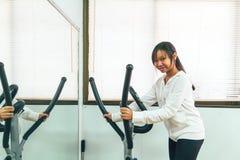 Entrenamiento en la gimnasia Imagen de archivo libre de regalías