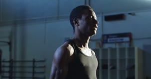 Entrenamiento enfocado del atleta con el kettlebell pesado almacen de video