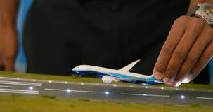Entrenamiento experimental masculino sobre el avión modelo 4k almacen de video